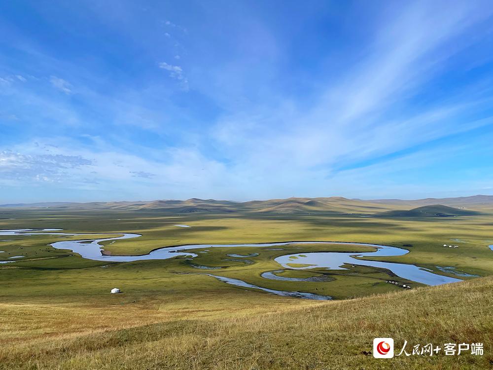 """有""""天下第一曲水""""之称的莫日格勒河宛如一条银色的丝带,镶嵌在呼伦贝尔大草原。人民网记者董丝雨 摄"""