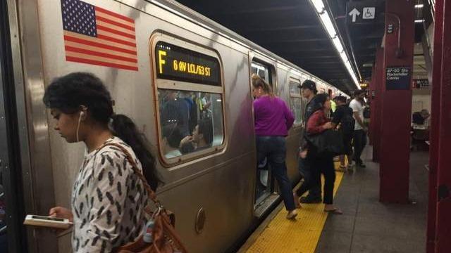 纽约地铁碾过自行车 瞬间爆炸产生巨大火花