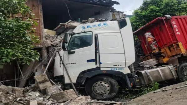 """货车打滑失控撞坏7间民房 司机谎称""""弟弟""""驾驶"""