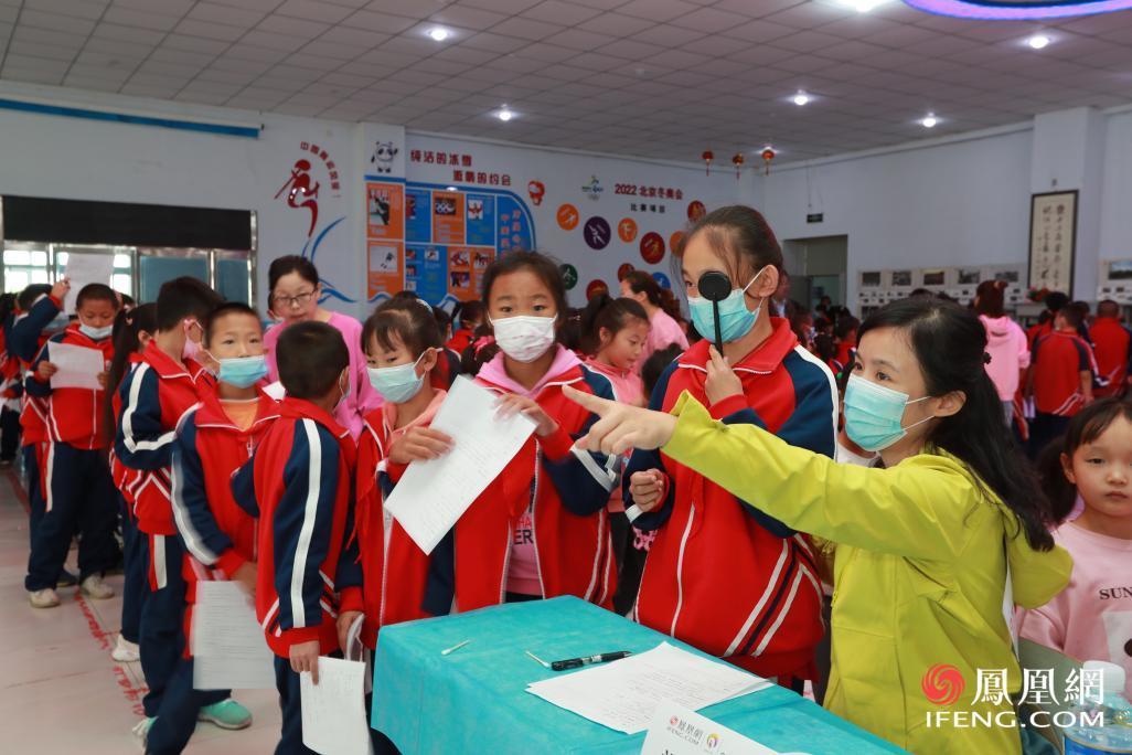 志愿者为孩子进行视力检查