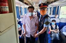 """暖""""心""""闻:盲人乘客独自出行 列车员贴心照顾"""