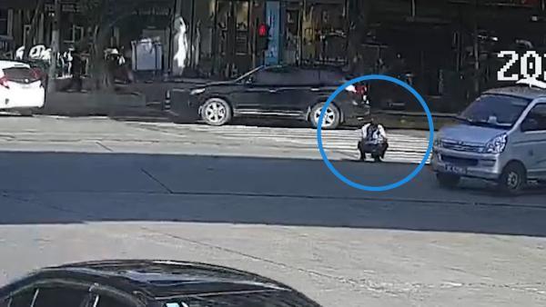 辅警连续指挥交通体力透支 车流中戴上警帽重新站起