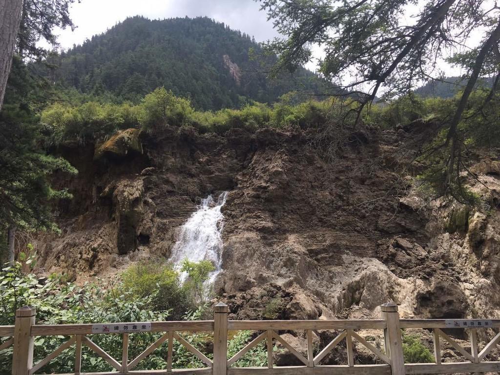 地震后,九寨沟诺日朗瀑布发生垮塌