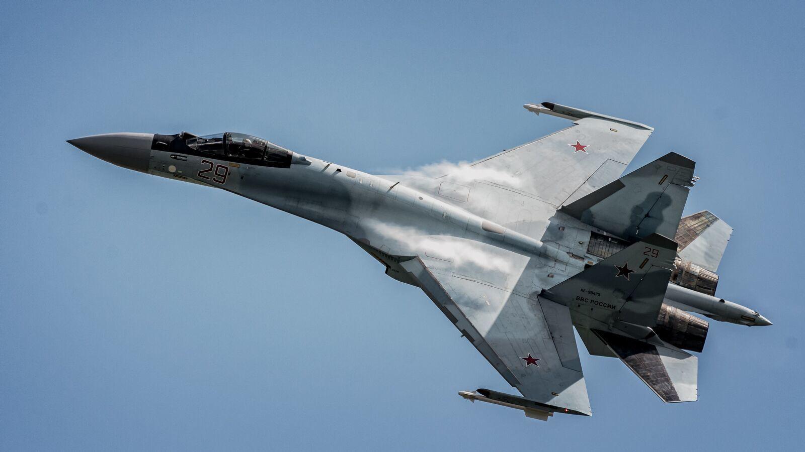 美军轰炸机试图飞近俄罗斯领空 俄3架苏-35战机紧急拦截逼退