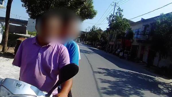 独臂男无证驾驶摩托车载3人被查:把油门改在左手把