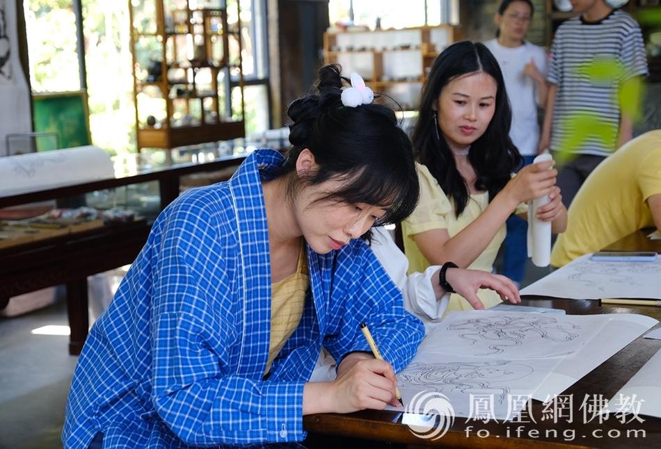 游客临摹善财童子线稿(图片来源:凤凰网佛教 摄影:于椿根)
