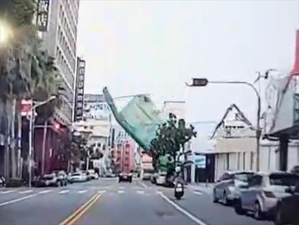 花莲漫波饭店拆除时倒塌瞬间。图自台媒