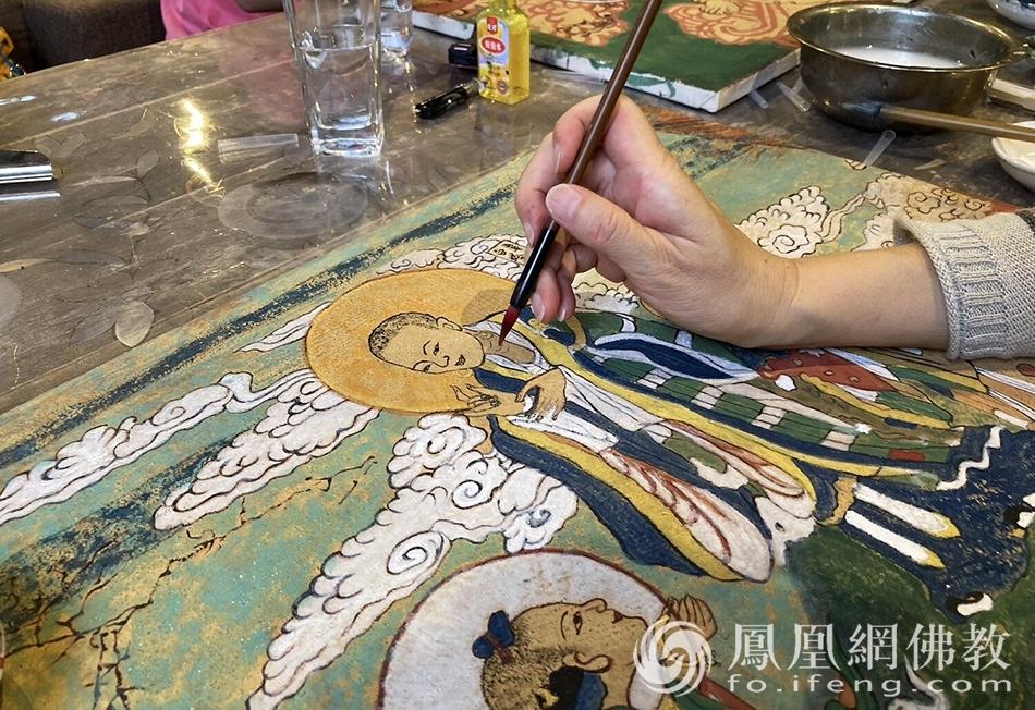 国庆假期,白塔寺将会组织用矿物颜料绘制壁画的活动。(图片来源:凤凰网佛教 摄影:于椿根)