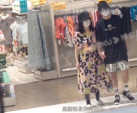 张杰谢娜带双胞胎女儿商场游玩 十指相扣大方秀恩爱