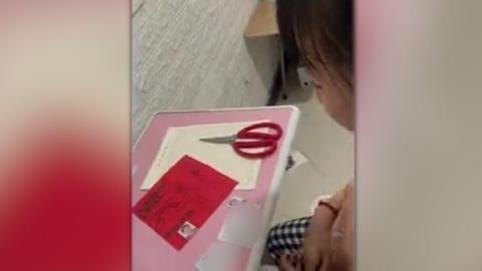 哭笑不得!女孩给妈妈做生日贺卡缺照片 一个做法让亲妈无语