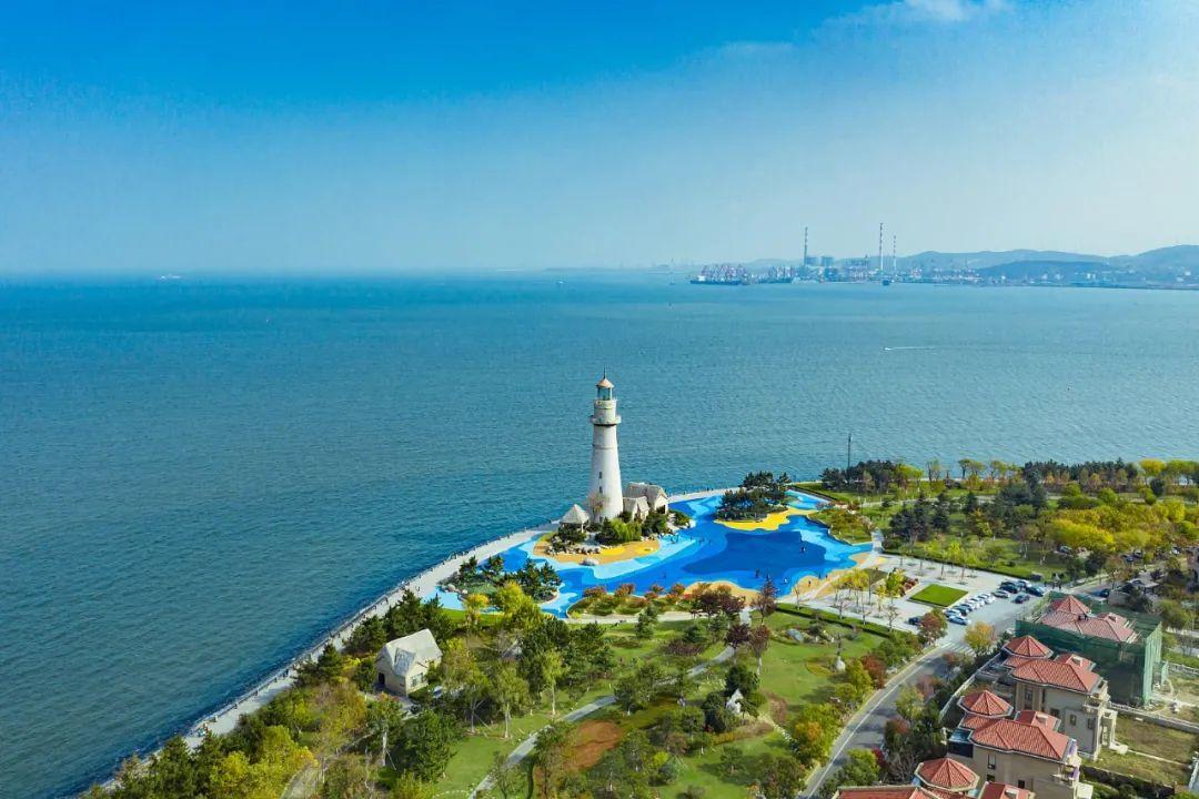威海悦海灯塔以及尽收眼底的蓝。/视觉中国