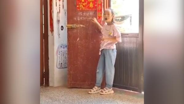 女孩家中戴扩音器用门当黑板讲课