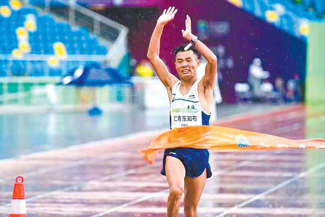 仁青东知布率先撞线,夺得男子马拉松比赛冠军。