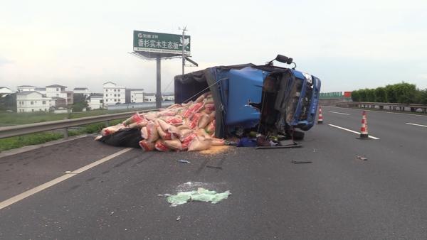广西钦州一司机开车分神追尾 13吨玉米撒落高速