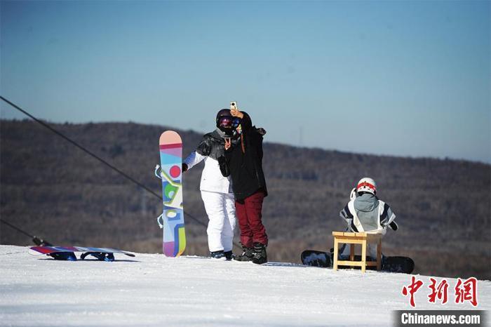 游客在吉林长白山鲁能胜地滑雪场滑雪。(资料图) 刘栋 摄