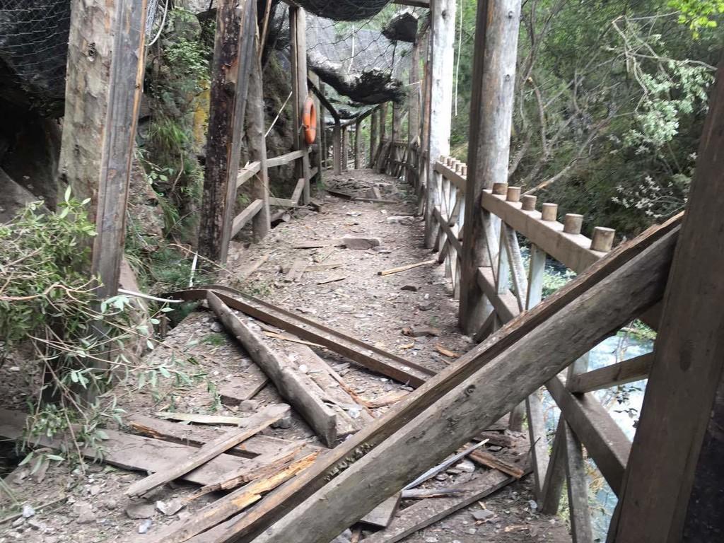 地震后的景区栈道