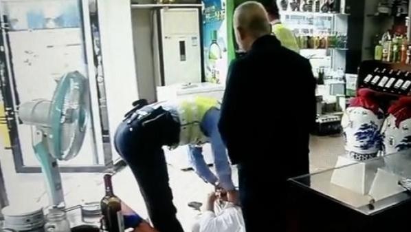 男子酒后持刀威胁商店老板为其点烟被拘 民警:刚出狱一年