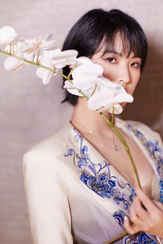 姚安娜亮相北京时装周 穿深V国风礼服风格大变