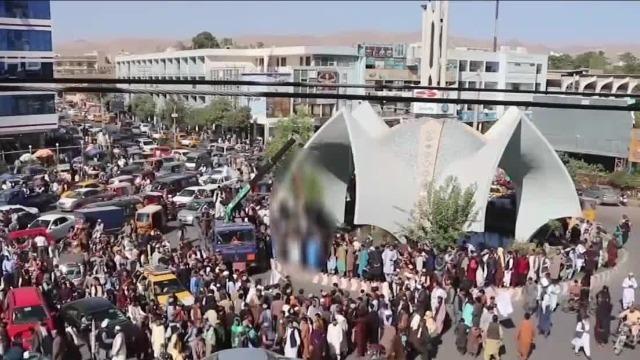 塔利班用起重机将犯人悬尸广场 称要把犯罪率降为零