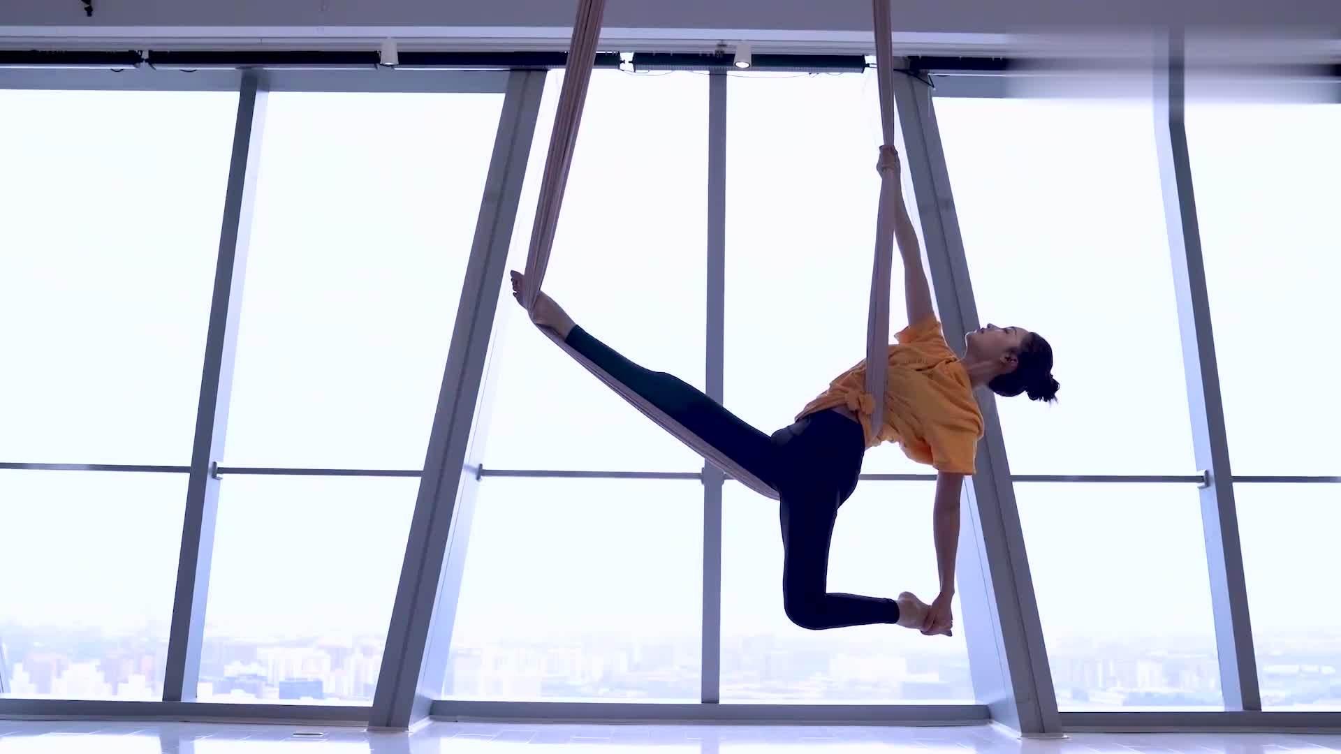李沁生日挑战空中瑜伽 做高难度动作曲线优美