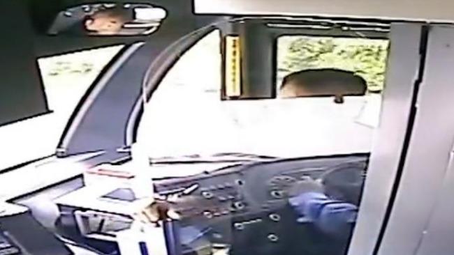 男子抢夺公交车方向盘 因未到站点要求停车被拒
