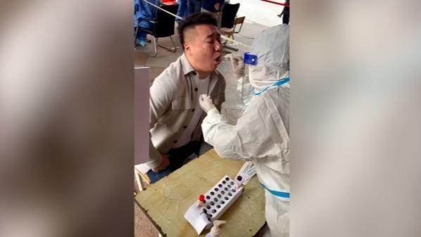 男子做核酸检测时唱《青藏高原》 妻子:他想让大家放松心情