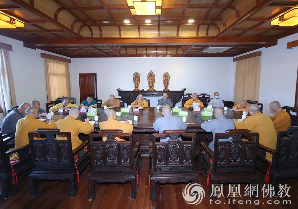 会议现场(图片来源:凤凰网佛教 摄影:普陀山佛教协会)