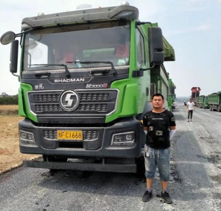 李永祥与刚买3个月的卡车