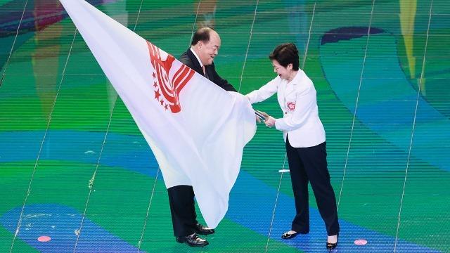第十四届全运会闭幕 林郑月娥、贺一诚接过会旗