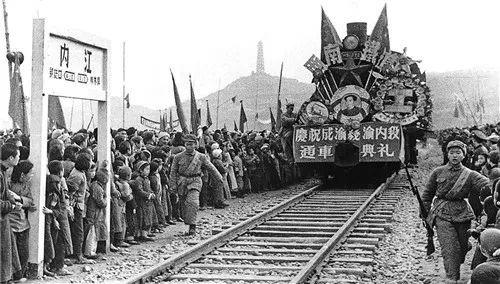"""成渝铁路是清朝末年张之洞规划设计的川汉铁路中的一段,由川汉铁路引发的""""保路运动"""",更是点燃了辛亥革命爆发的导火索。"""