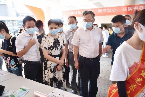 江西工贸职院领导看望慰问2021级新生和迎新工作人员