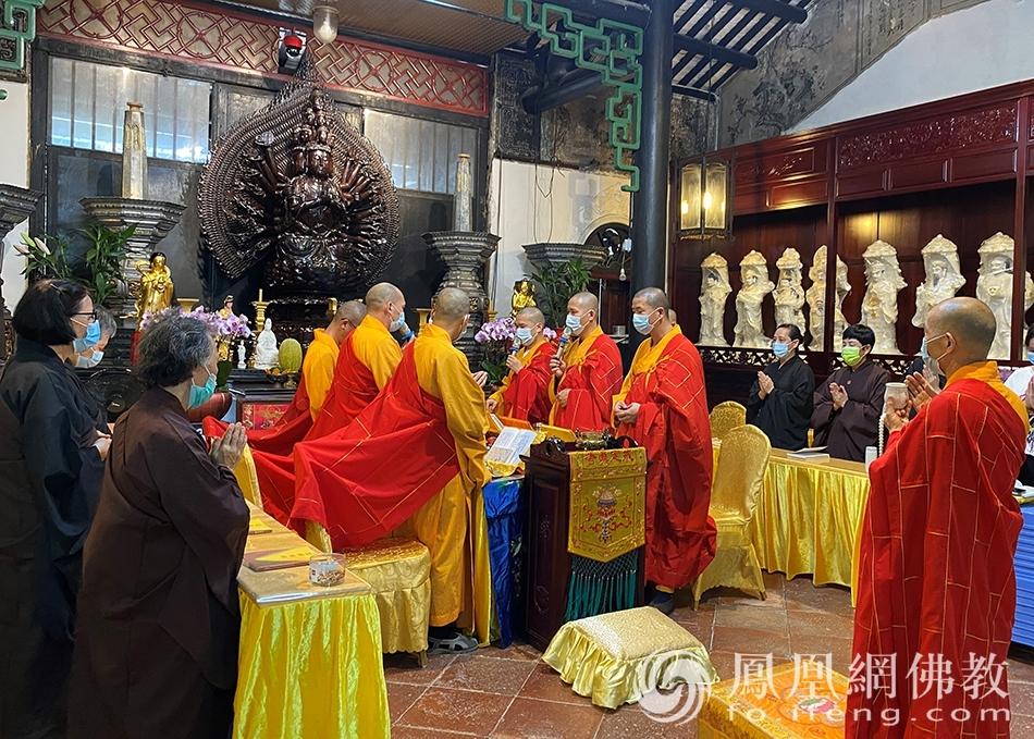 参与道场,澳门普济禅院(观音堂)。(图片来源:凤凰网佛教 摄影:香港佛教联合会)
