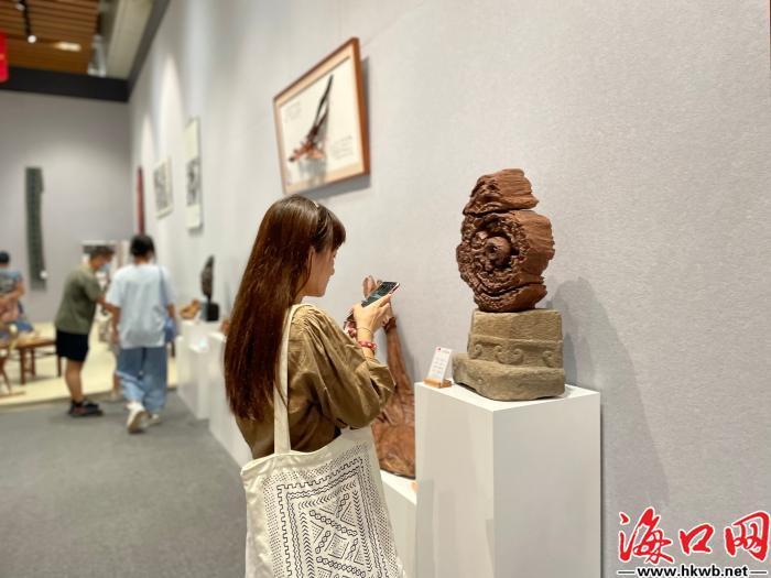 市民在海南省博物馆逛展。李万内 摄