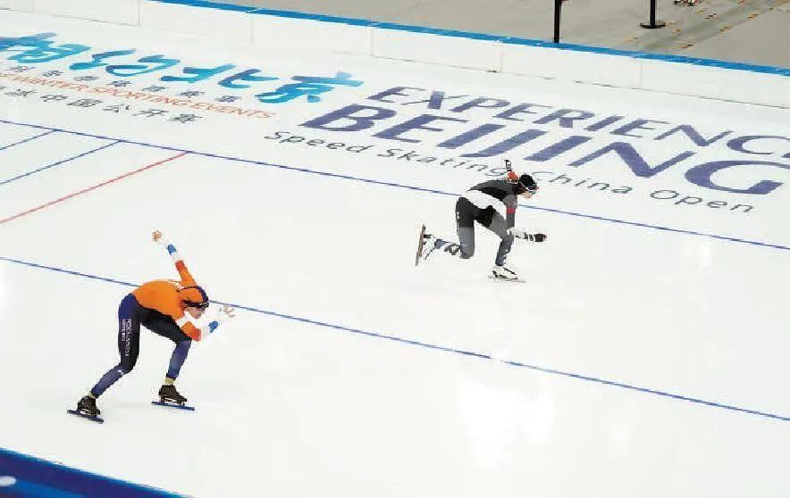 """""""相约北京""""速度滑冰中国公开赛有来自中国、韩国和荷兰的运动员参加,这是今年首场北京冬奥测试赛,也是国家速滑馆迎来的首个国际赛事。"""