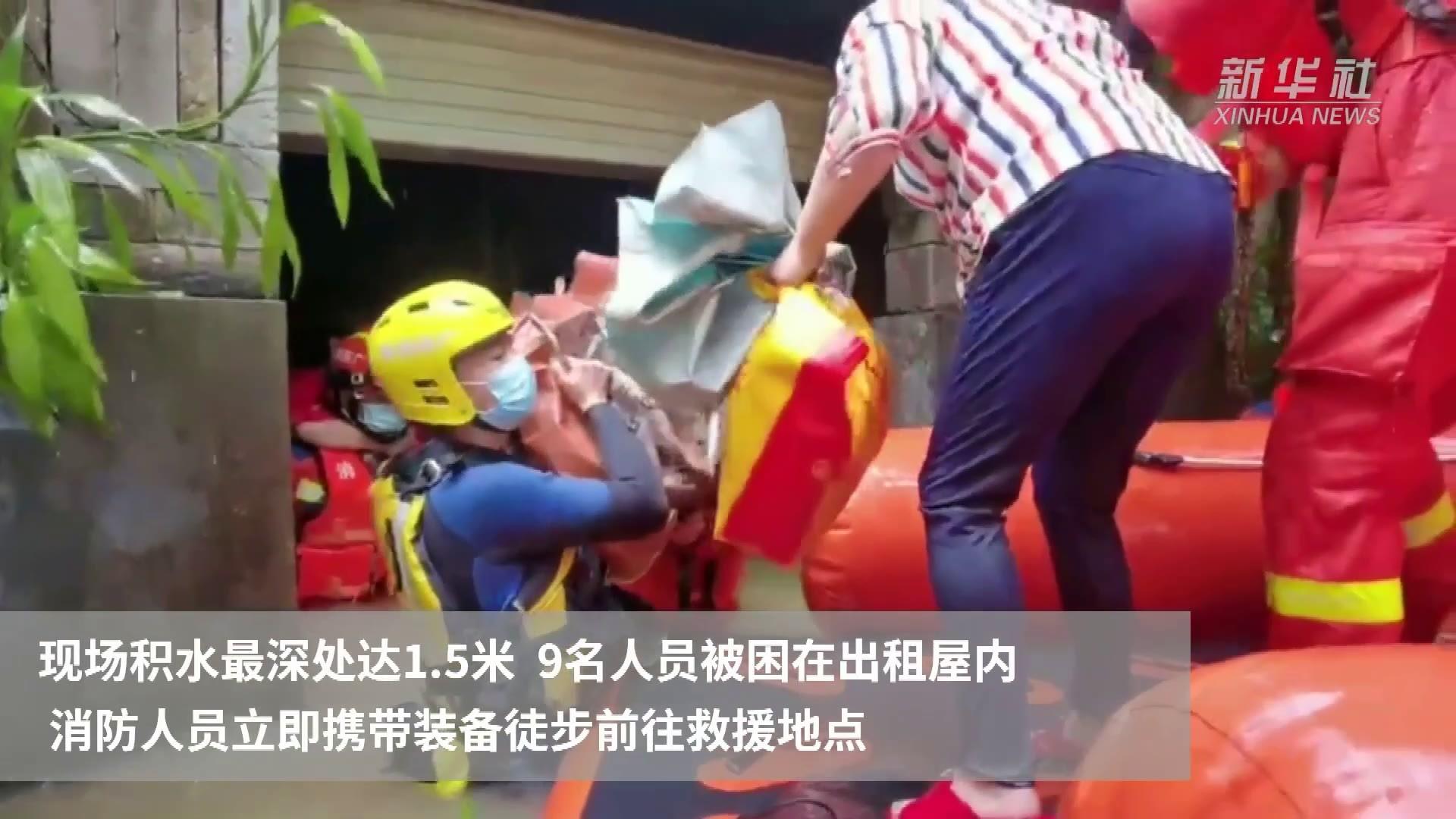 广东深圳:连日暴雨导致积水 消防紧急出动施救被困群众