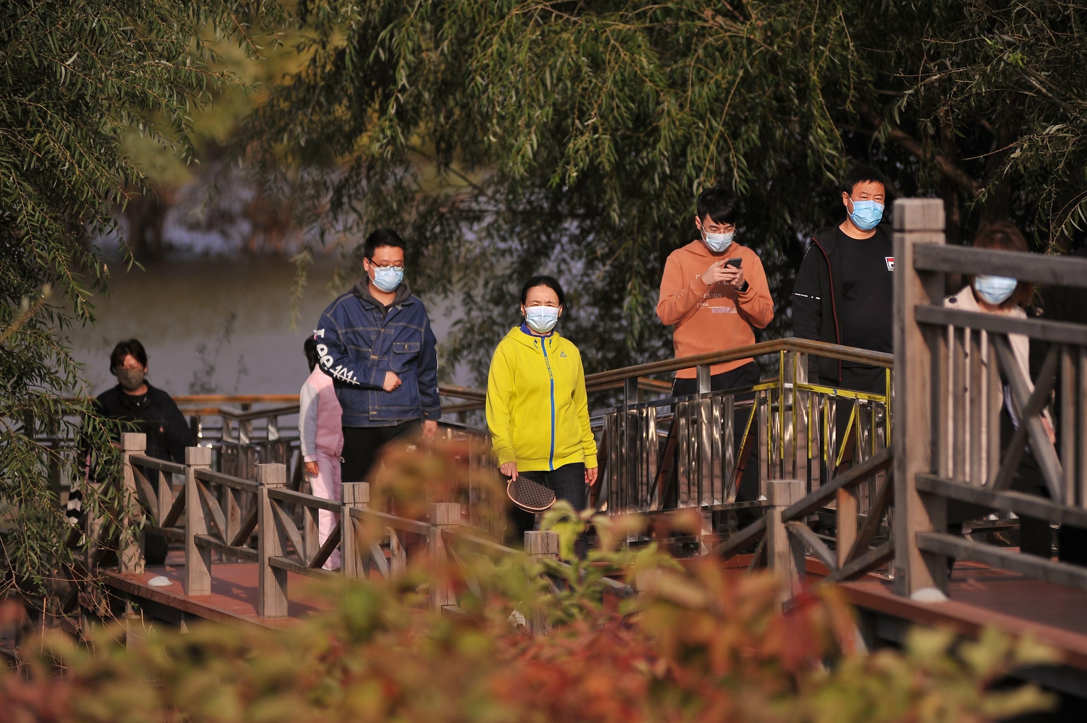 市民们在游览湿地