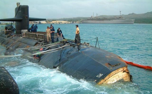 """在""""旧金山""""号的撞击事故中,有25名艇员因重伤退役,潜艇差点沉没。"""