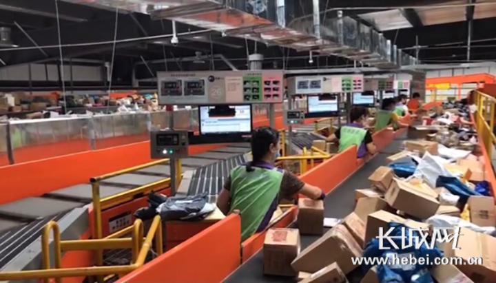 河北圆通转运中心工作人员正在忙碌地进行快件包裹转运、分拣工作。河北圆通 供图