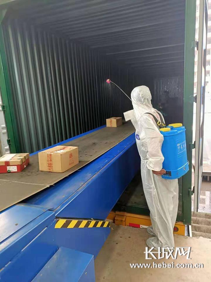 河北邮政工作人员正在对邮件包裹进行消毒工作。河北邮政 供图