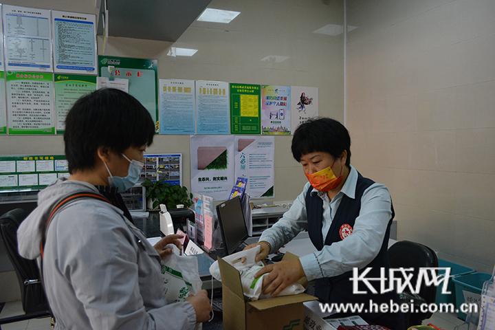 河北邮政营业网点在国庆期间不打烊,充分满足人民群众的用邮需求。河北邮政 供图