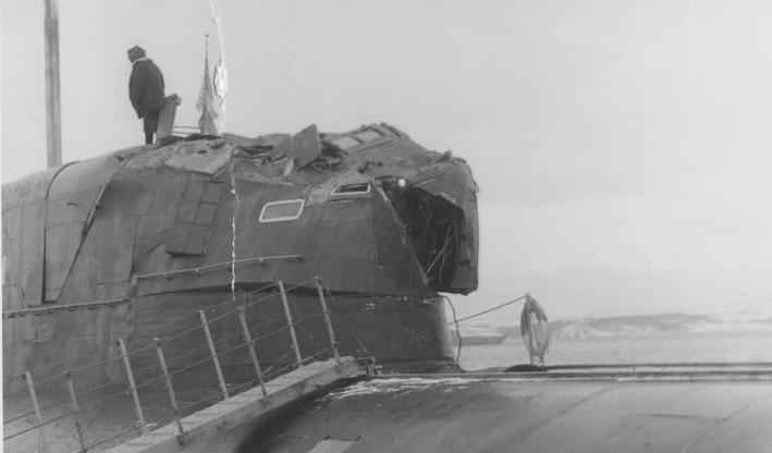 """图为在1992年美俄核潜艇撞击中围壳受损的俄""""梭子鱼""""号核潜艇。"""
