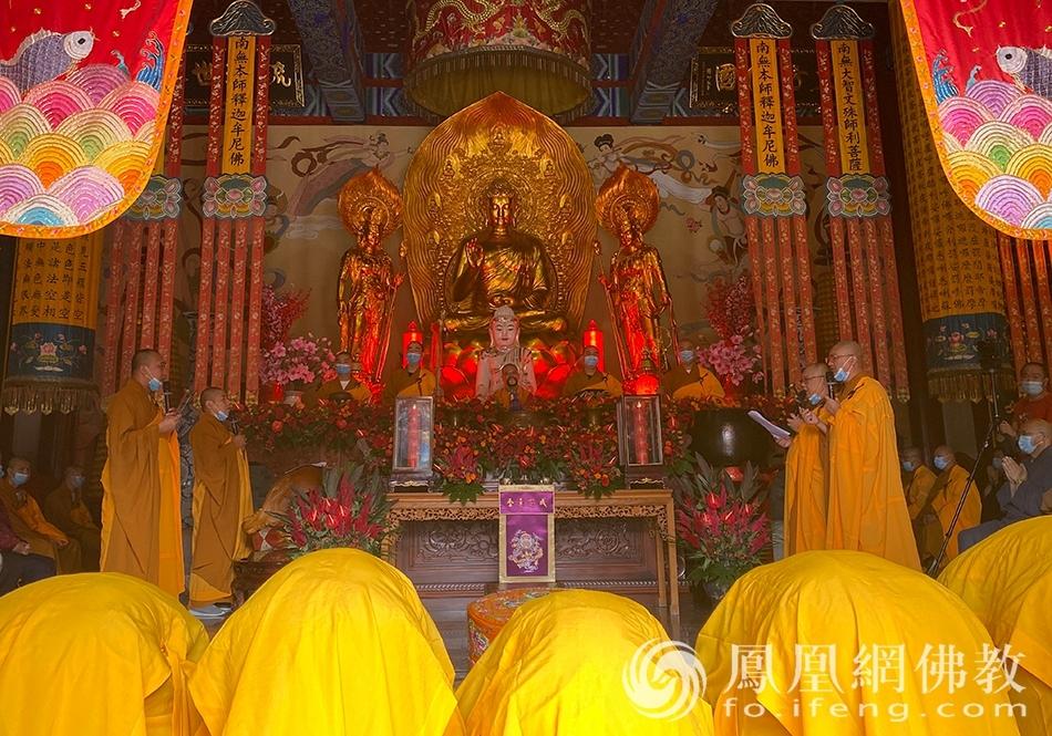 传衣(图片来源:凤凰网佛教 摄影:药王古寺)