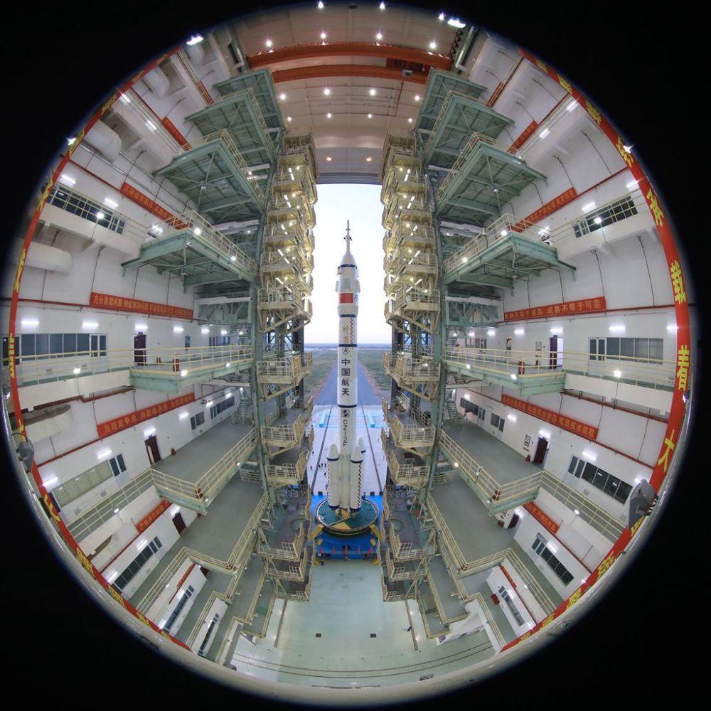 神舟十三号船箭组合体转运至发射区 近期择机发射