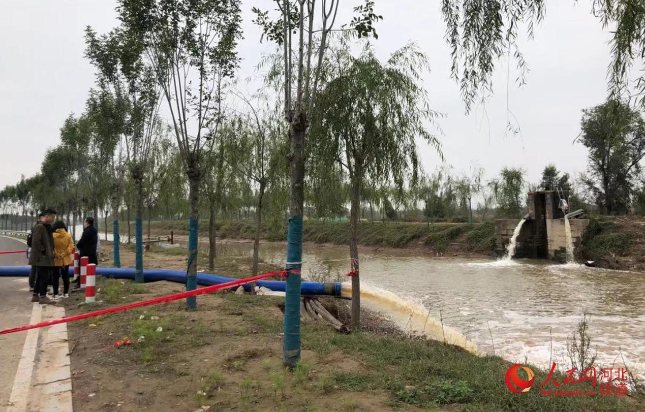 吴官营镇邢堤村清理内涝积水。 人民网 朱鹏涛摄