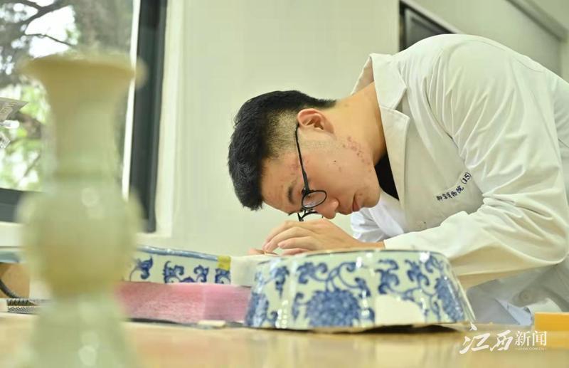 ▲年轻的文物修复师正在修复明代青花如意瓷枕