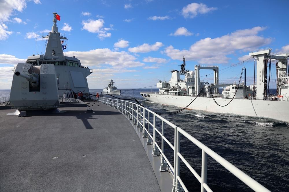 """中俄""""海上联合-2021""""演习,中国海军东平湖舰在日本海为南昌舰和滨州舰补给。"""