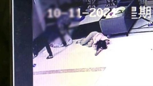 醉酒男子查女友开房记录被拒打断保安肋骨