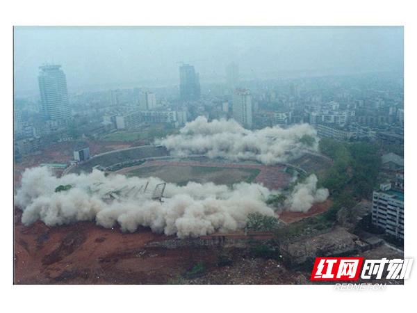 03-2001年4月6日,为第五届城市运动会新主体育场的建设,老贺龙体育场爆破拆除。.jpg