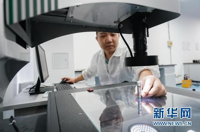 苏州生命健康小镇一家企业的工作人员在实验室进行材料检测。