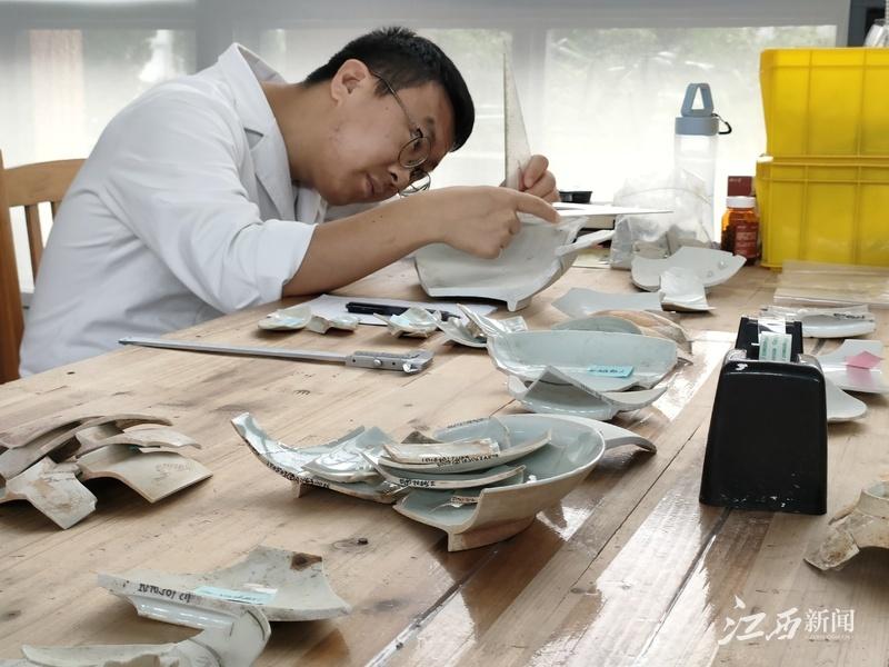 ▲文物修复师赵亮亮在专注工作